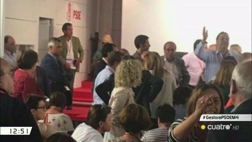 Gritos, manos alzadas y peleas por el micrófono, así fue el comité del PSOE