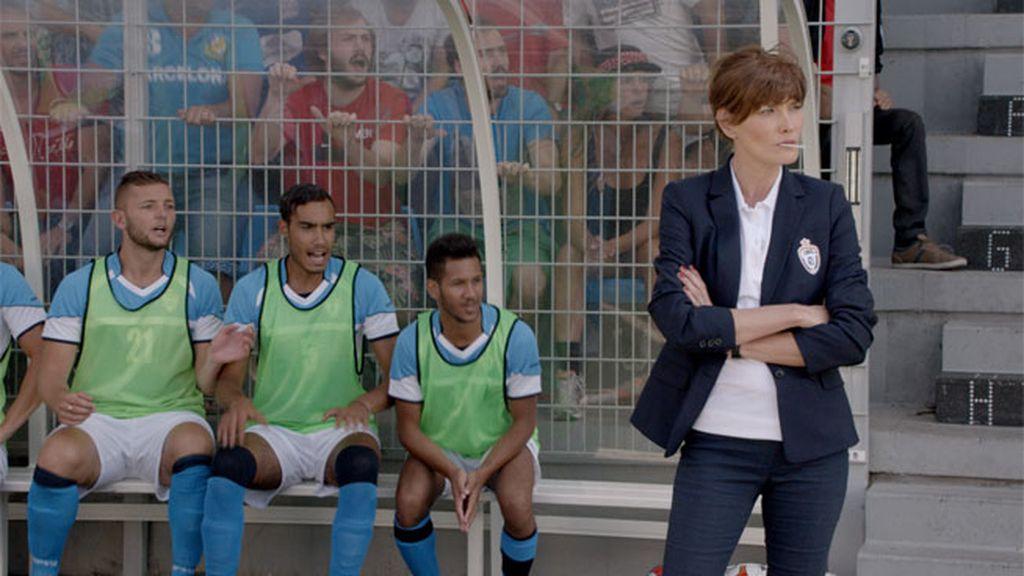 Carla Bruni deja la música... ¡y se hace entrenadora de fútbol profesional!