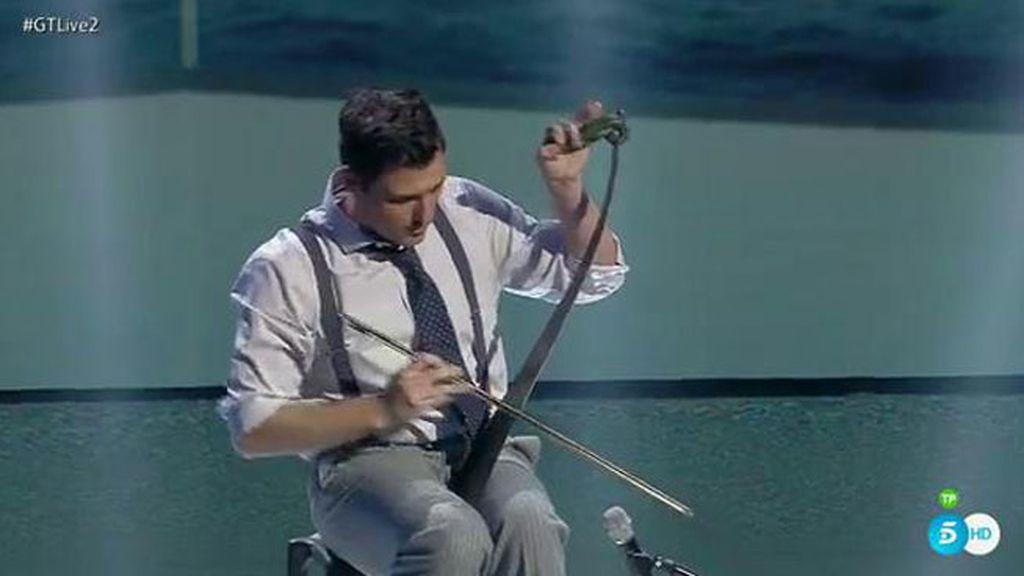 Adriano Fernández interpreta una melodía popular con su serrucho