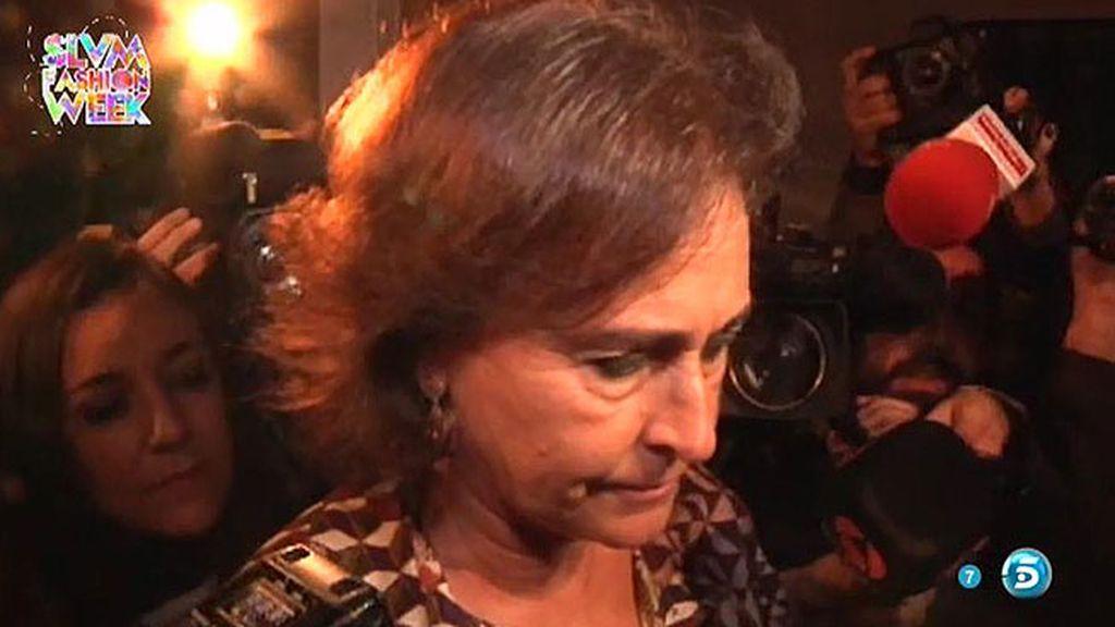 Carmen Tello llega muy afectada al Palacio de Dueñas para visitar a la Duquesa