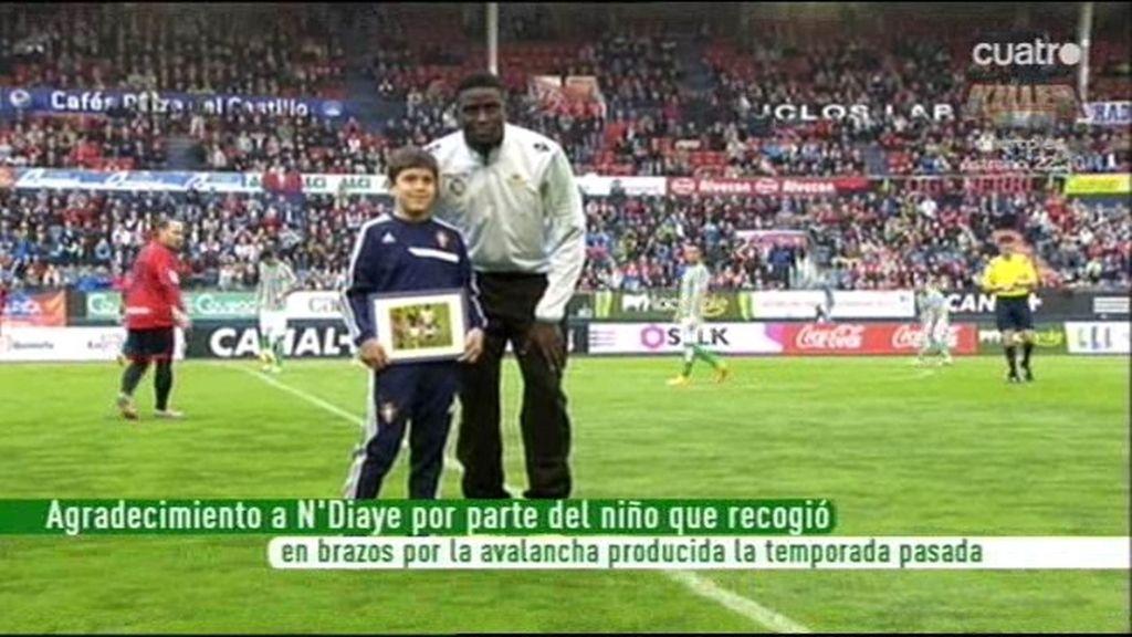 N'Diaye, ovacionado en Pamplona meses después de rescatar al niño de la avalancha