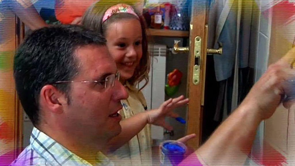 Cristina y su padre pintan en la cocina para convertirlo en un lugar lúdico