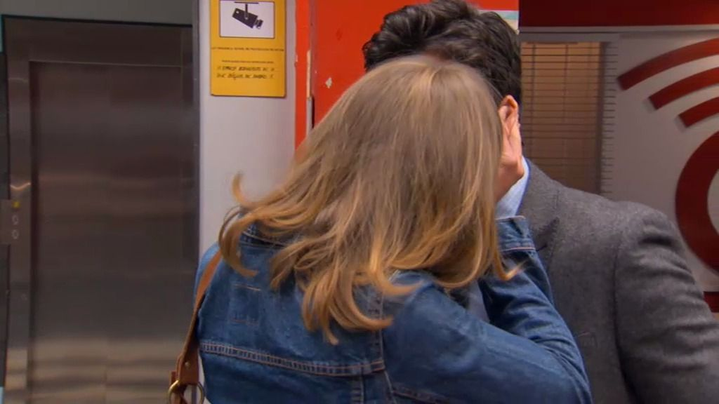 Carlos besa a la niñera de su hija