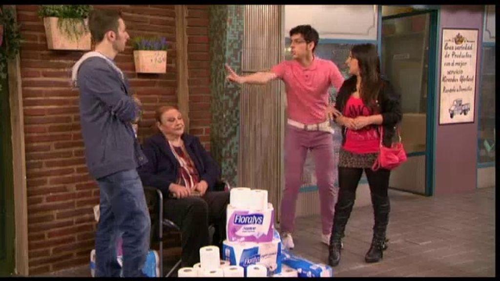 Eugenia y Jonathan se hacen con todo el papel higiénico de Esperanza Sur