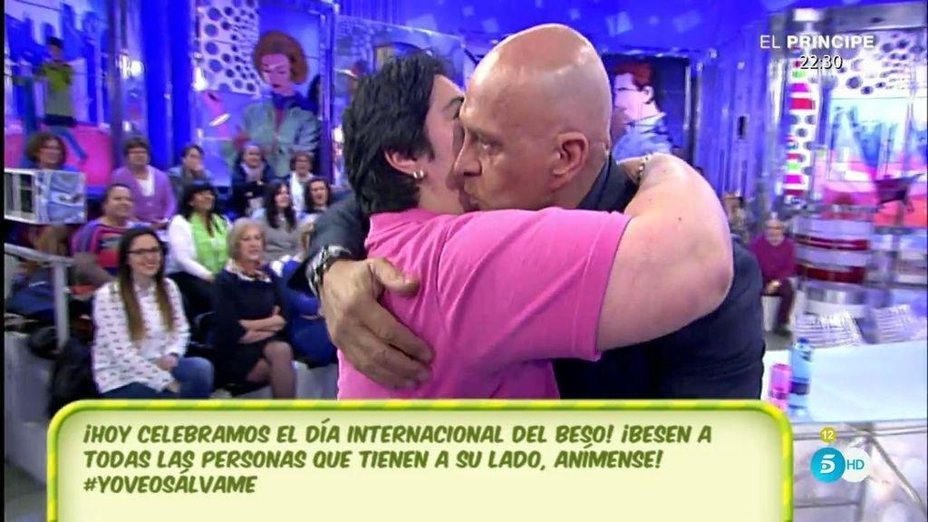 ¡El público se lanza a besar a Matamoros por el día internacional del beso!