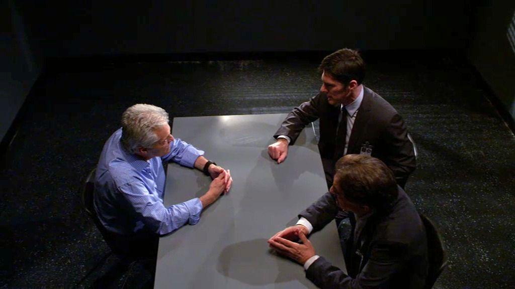 Hotchner y Rossi interrogan al primer sospechoso, un médico sin coartada