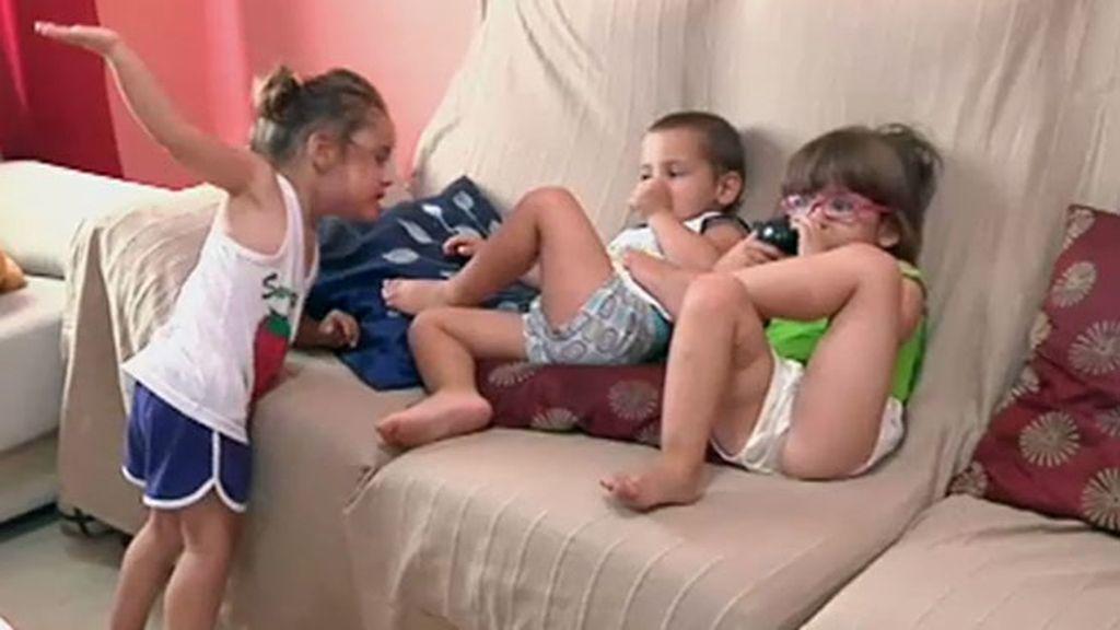 Iker, Daniella y Adriana, unos trillizos que traen de cabeza a sus padres