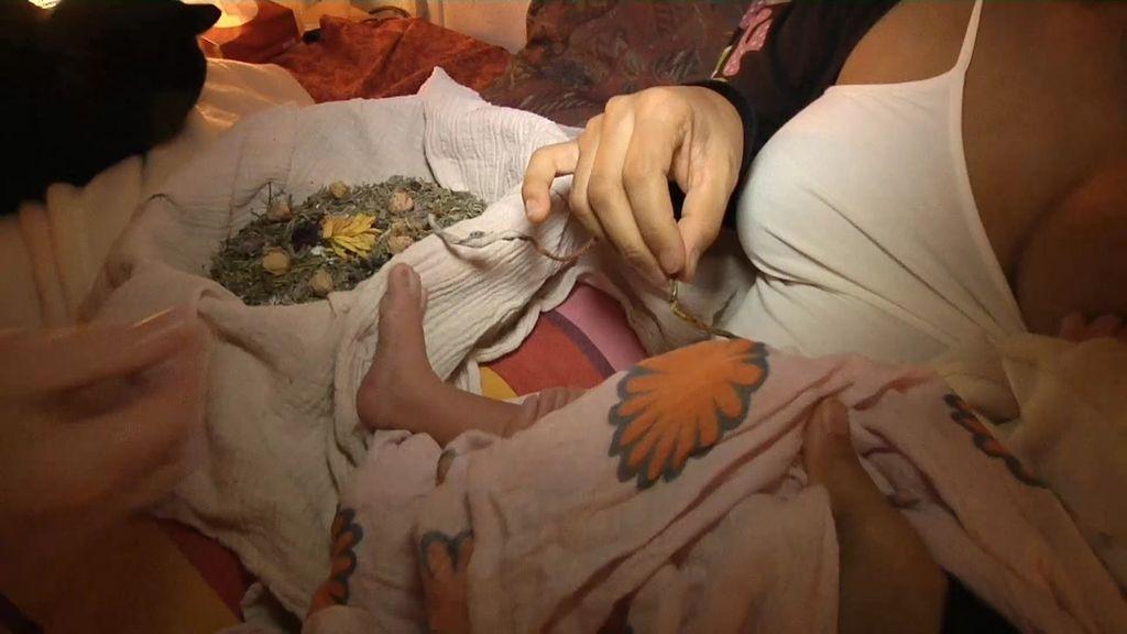 Shalini amamanta a su bebé junto a la placenta y el cordón unidos aún a su hija