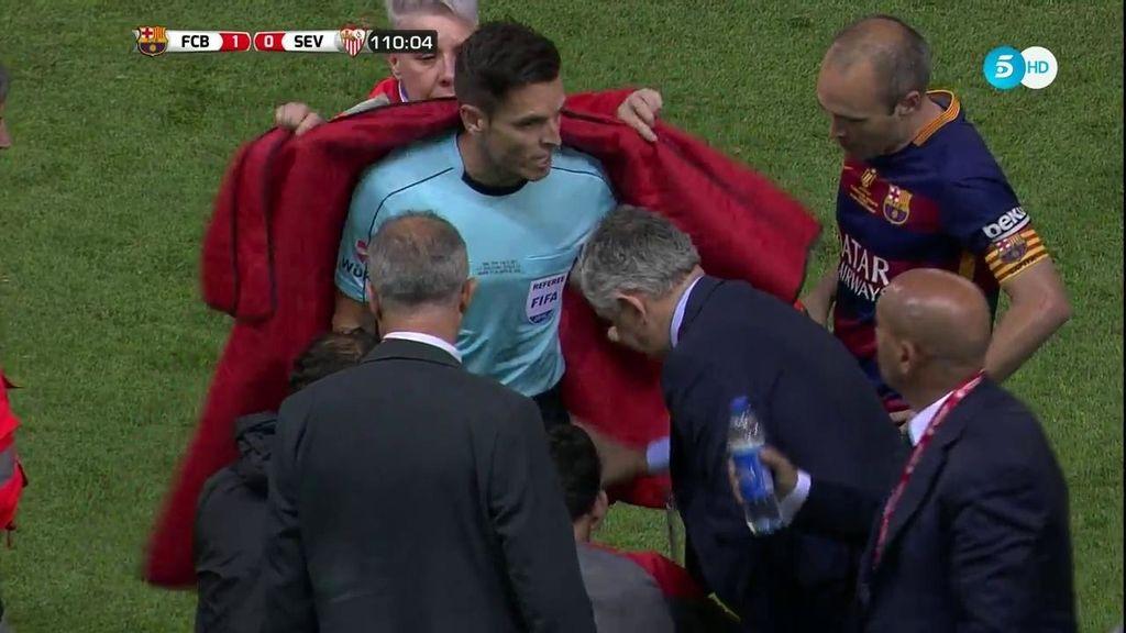 El árbitro no puede más, se lesiona y necesita ser asistido en la banda