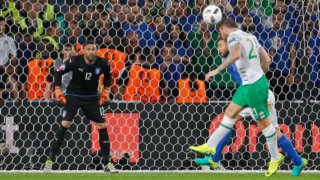 ¡Paradón de Sirigu! El portero salva a Italia de encajar el primer tanto del partido