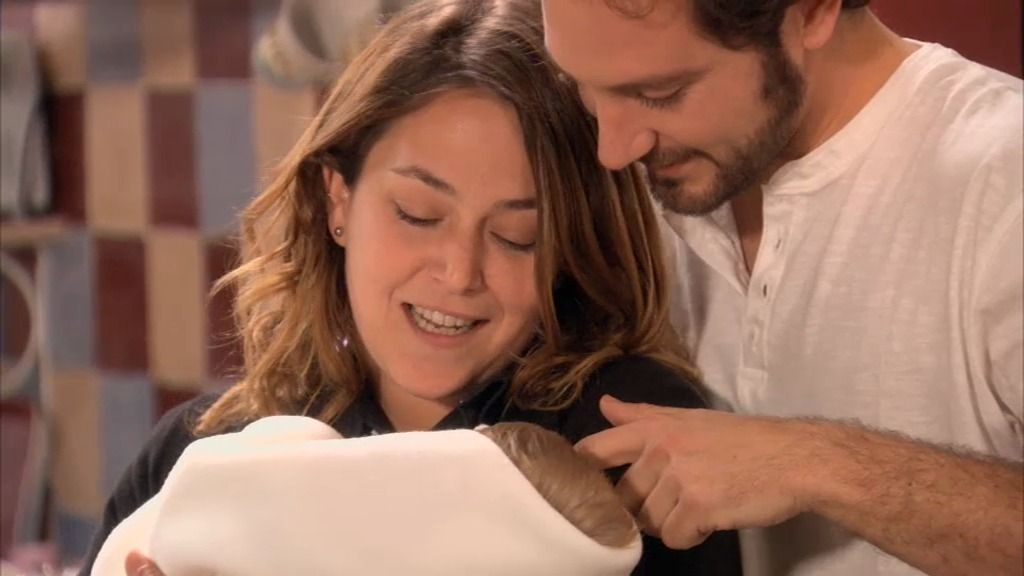 ¿Qué es la felicidad?: Sergio y Lucía cantándole una nana a un recién nacido