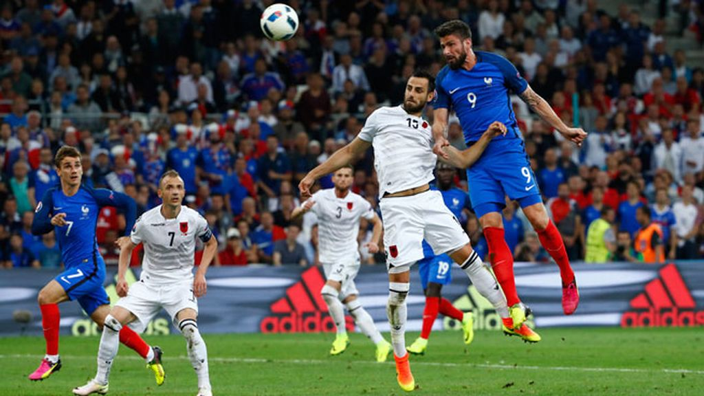 Francia también se encuentra con el palo: Giroud cabeceó un centro de Evra