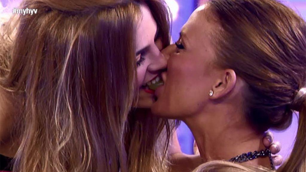 Natalia le quita la uva de la boca a Sandra