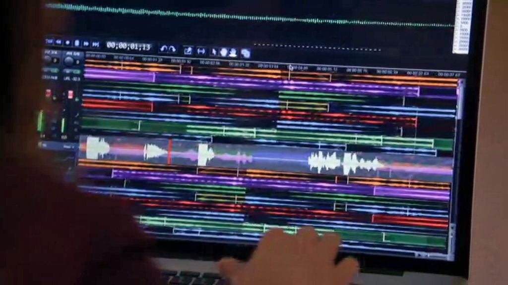 Alex descubre una pista oculta entre el ruido de la grabación