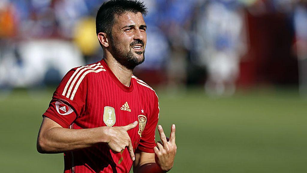 Villa caza otro balón en el árera para marcar su segundo gol
