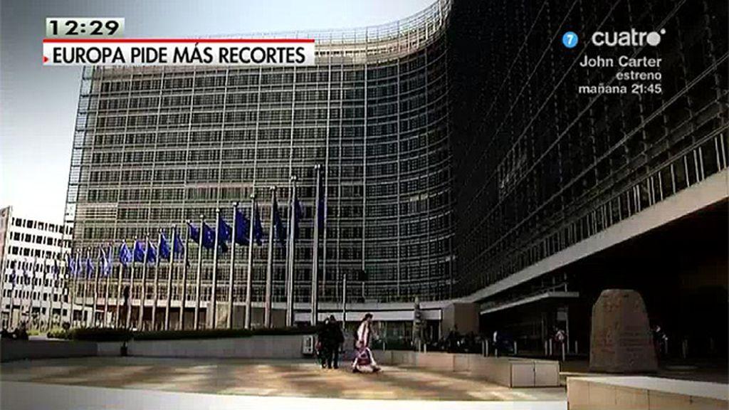 Europa pide dos años más de recortes