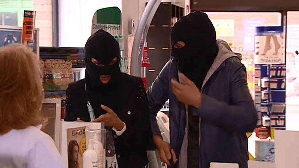 Javi y Lola atracan una farmacia para conseguir la píldora del día después