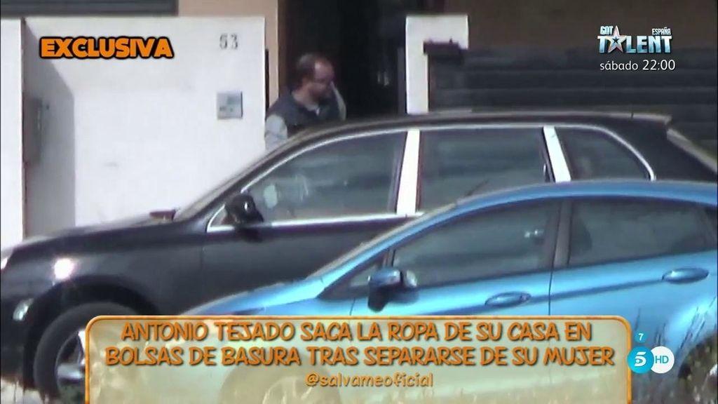 Antonio Tejado saca sus cosas de la casa que compartía con su mujer, Alba