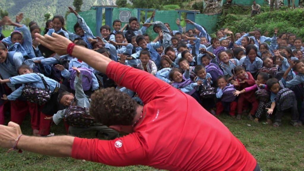 David Bisbal ejerció de profesor de gimnasia en una escuela de una aldea de Nepal