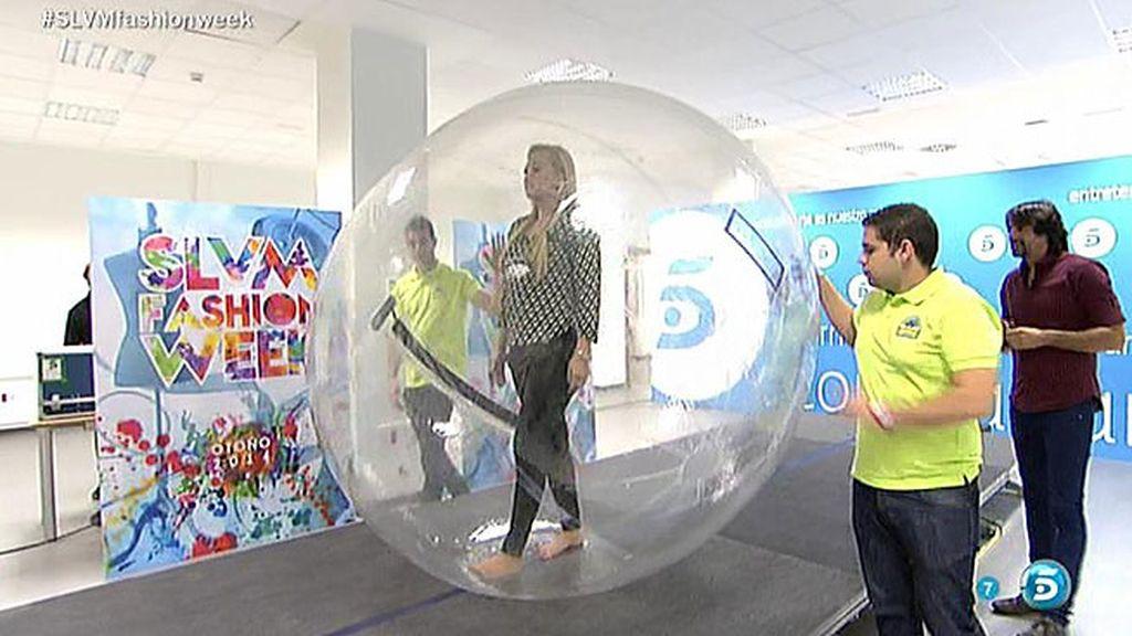 ¡Belén Esteban desfila dentro de una burbuja!