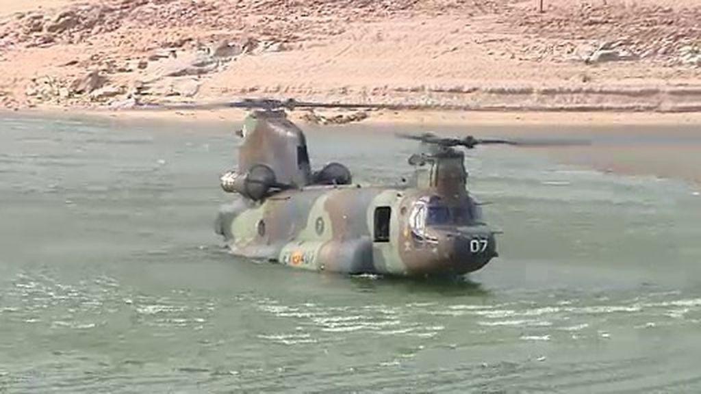 El Chinook, un potente helicóptero que vuela, flota y navega