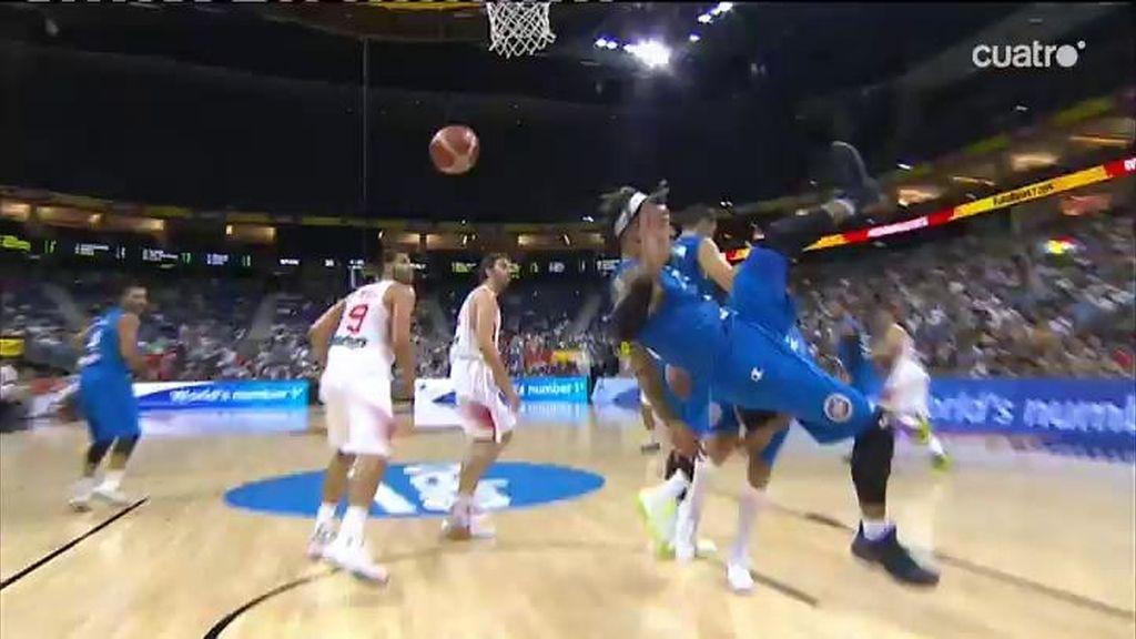 ¡Hackett vuela para coger el rebote y se daña la mano al estamparse contra el suelo!