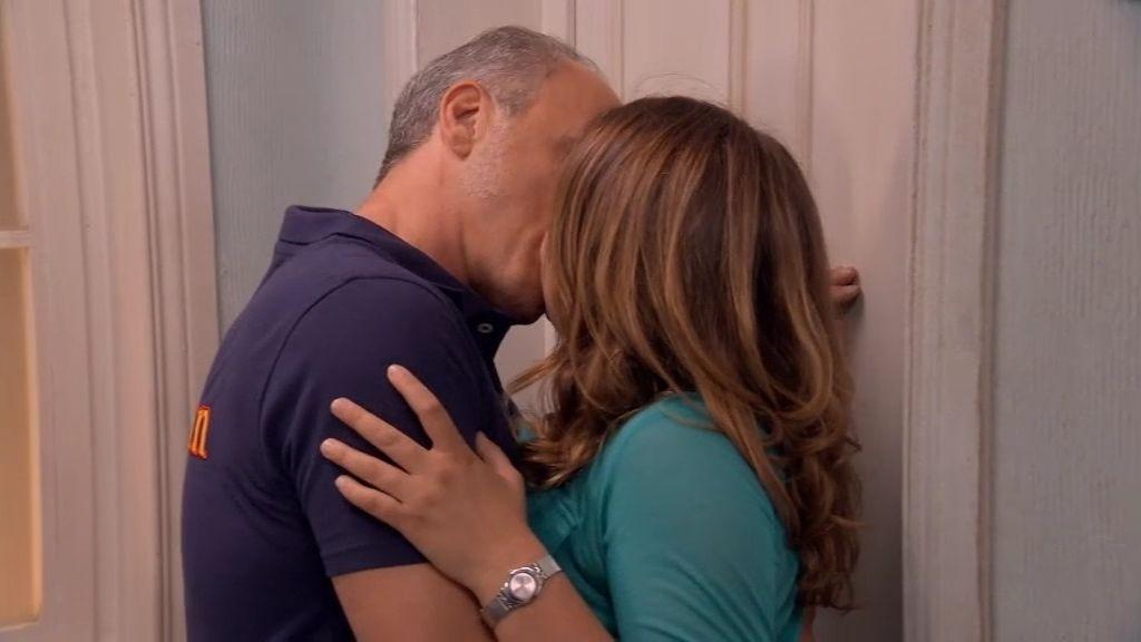 ¡Lucía se besa con el padre de Toño!