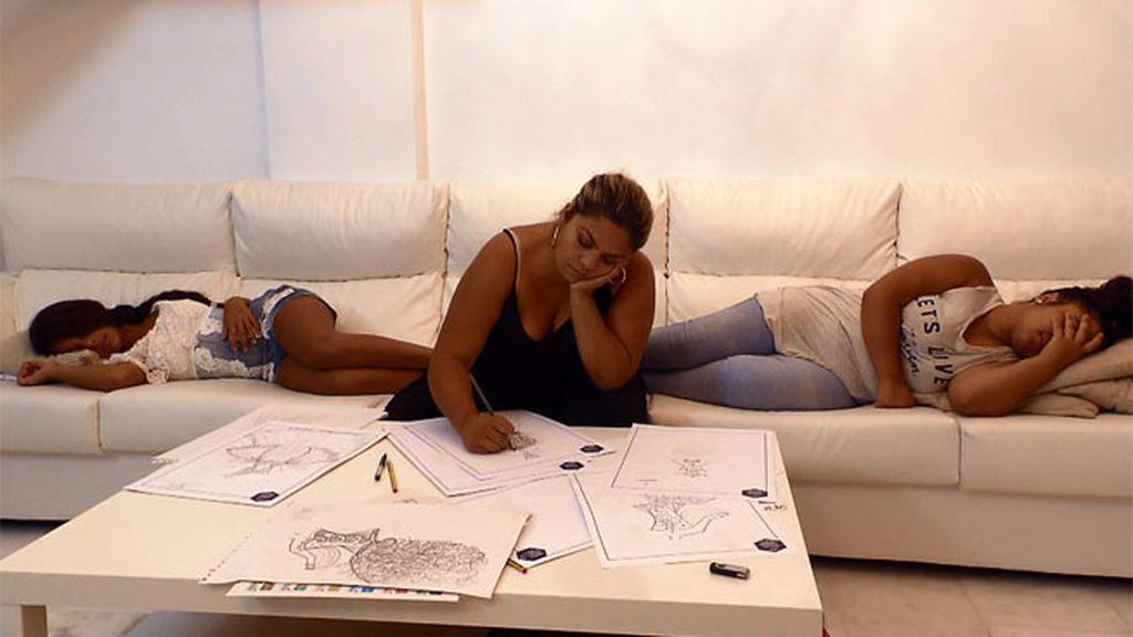 Saray se pasa la noche en vela trabajando en los bocetos para la Fashion Weekend
