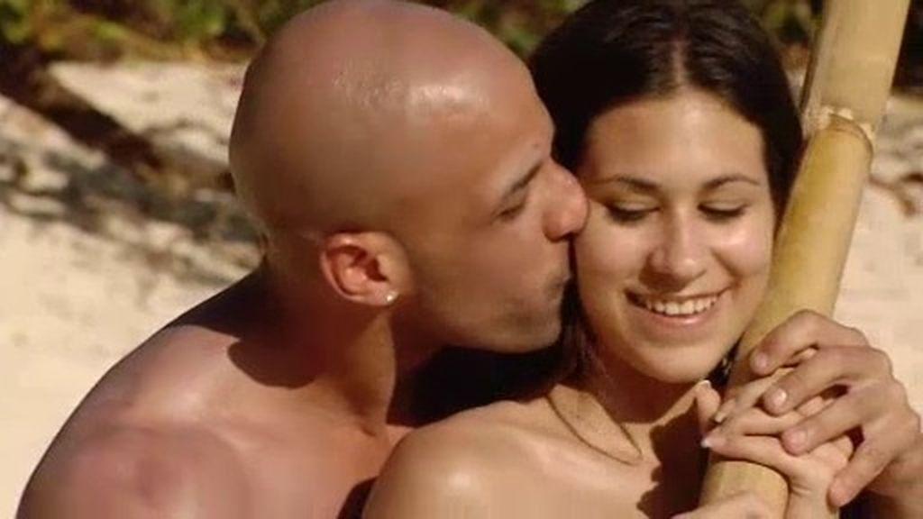 Las clases de béisbol de Gabriel a Ana terminan con varios besos