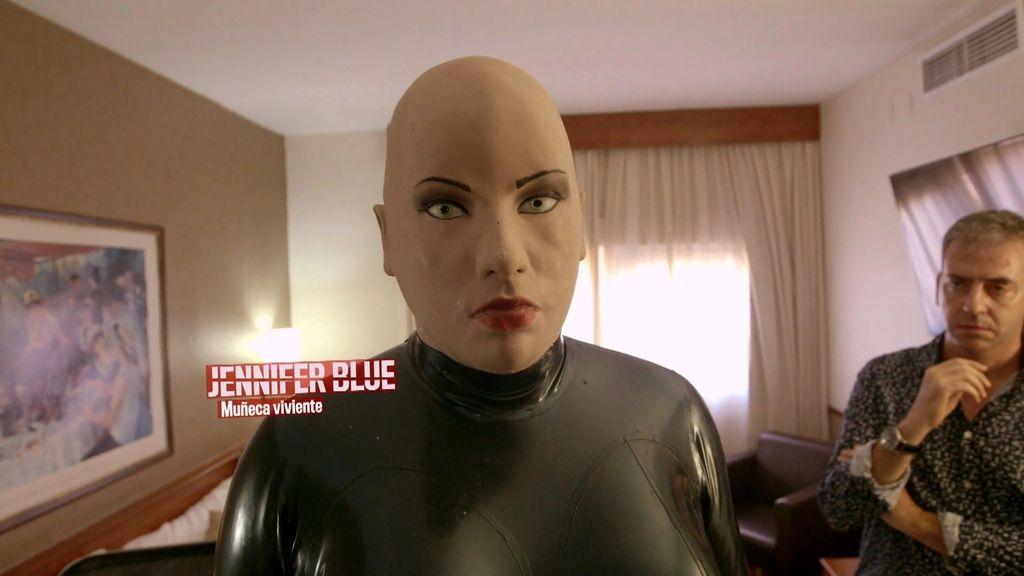 Joan se disfraza de muñeca viviente para expresar su libertad emocional y sexual