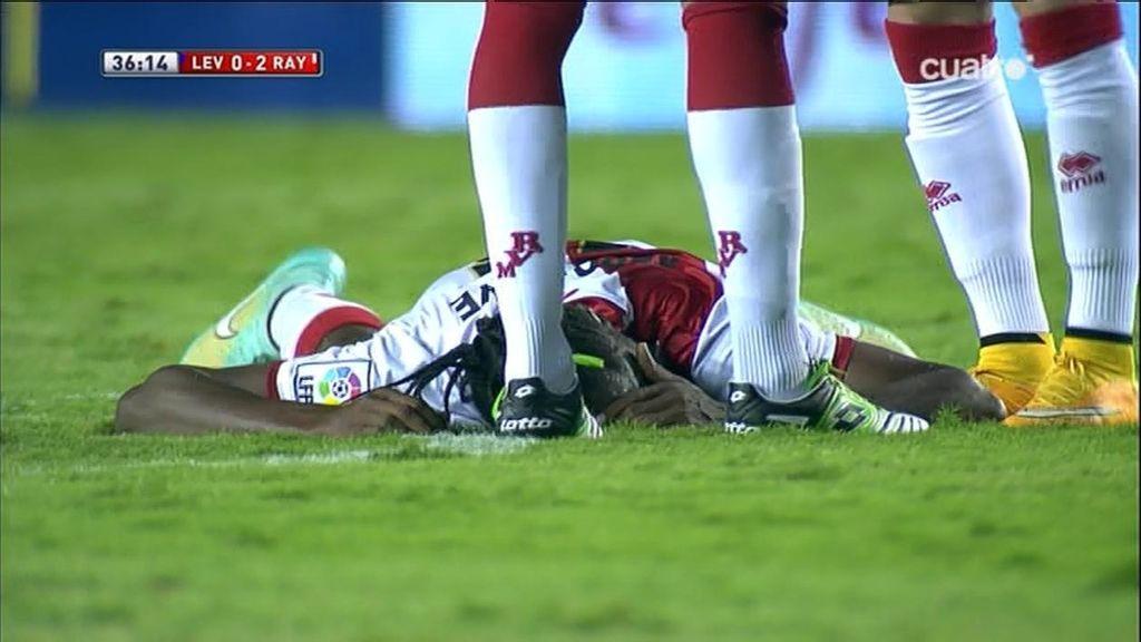 ¡Tremenda caída de Abdoulaye tras chocar con Simao, que ve la amarilla!