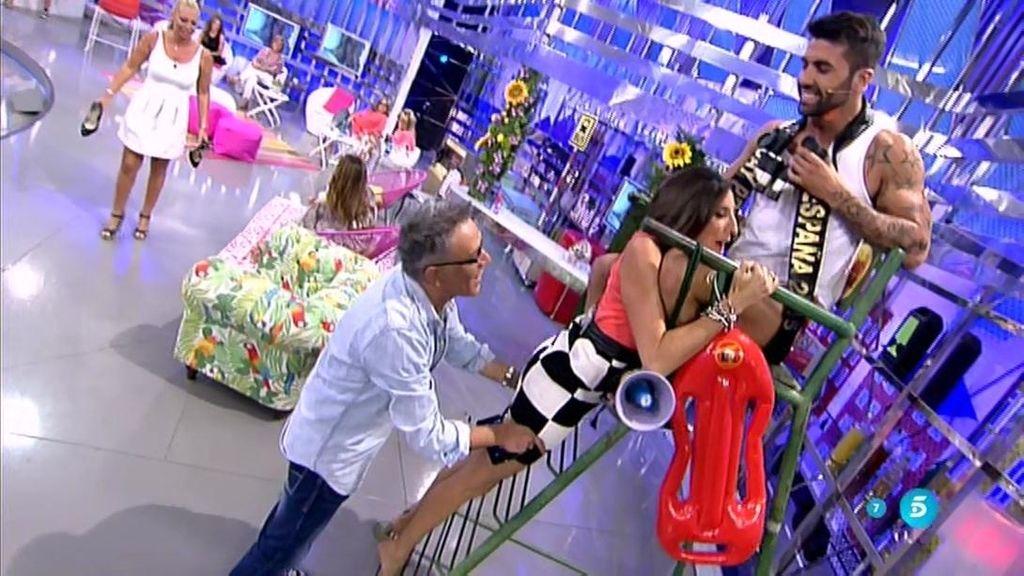 Paz Padilla, con grandes dificultades para bajar de la silla de socorrista de Mr. Gay