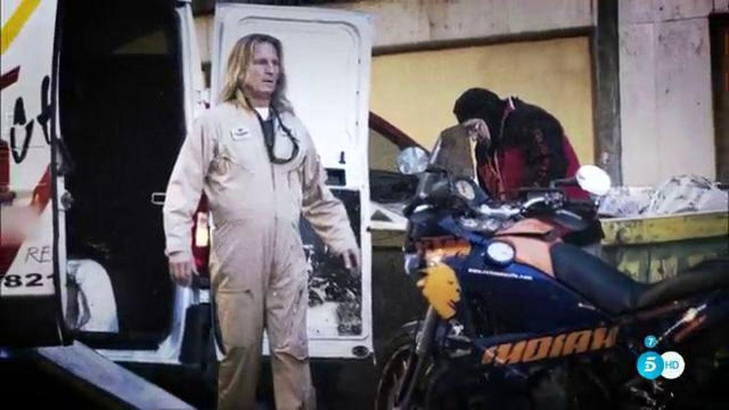 ¿Qué hace Pocholo vestido con un peto de trabajo en un desguace?