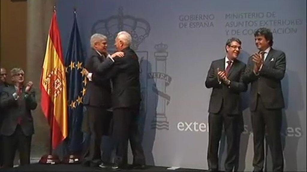 Alfonso Dastis recibe la cartera de Exteriores de la mano de Margallo