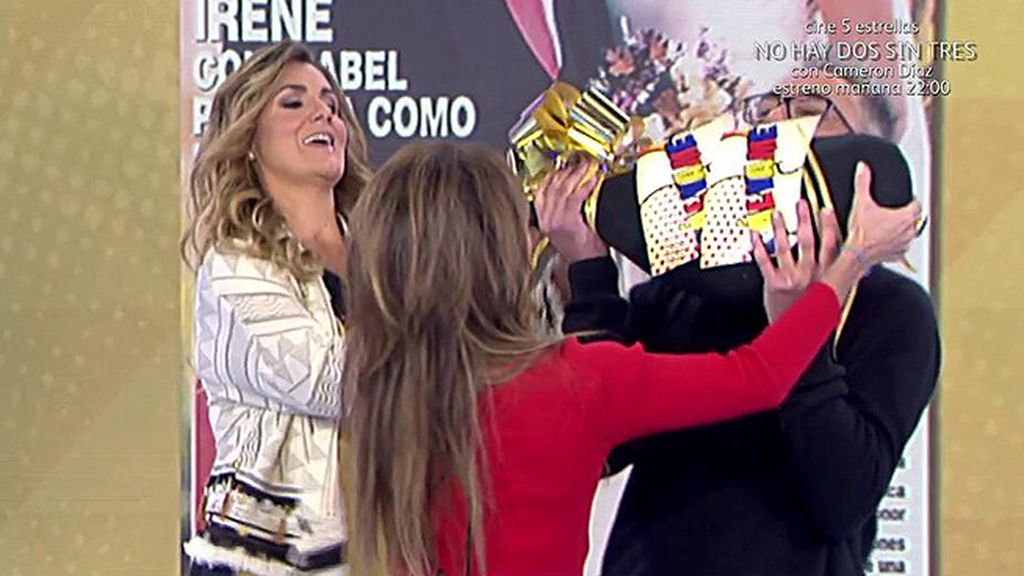 María Patiño es una mujer de palabra y le regala un jamón a Kiko Hernández