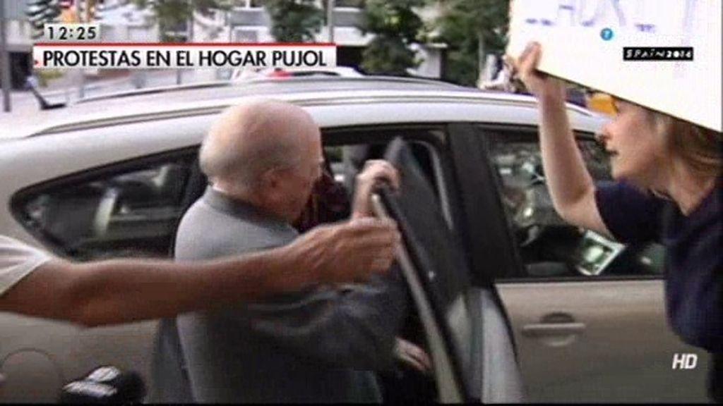 Jordi Pujol y su mujer, increpados en su calle