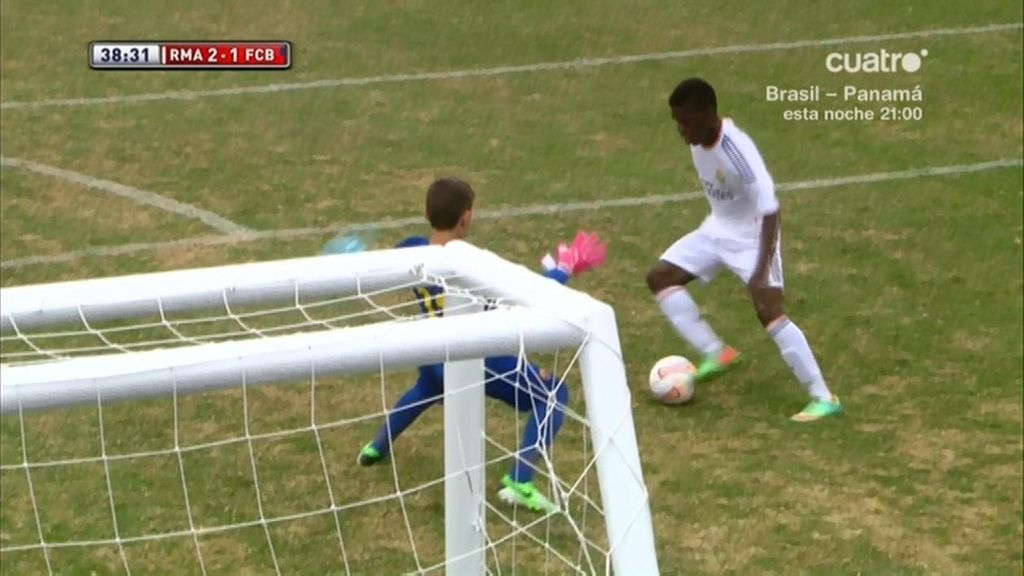 Paulo coge el balón en el centro del campo y marca a dos minutos para el final