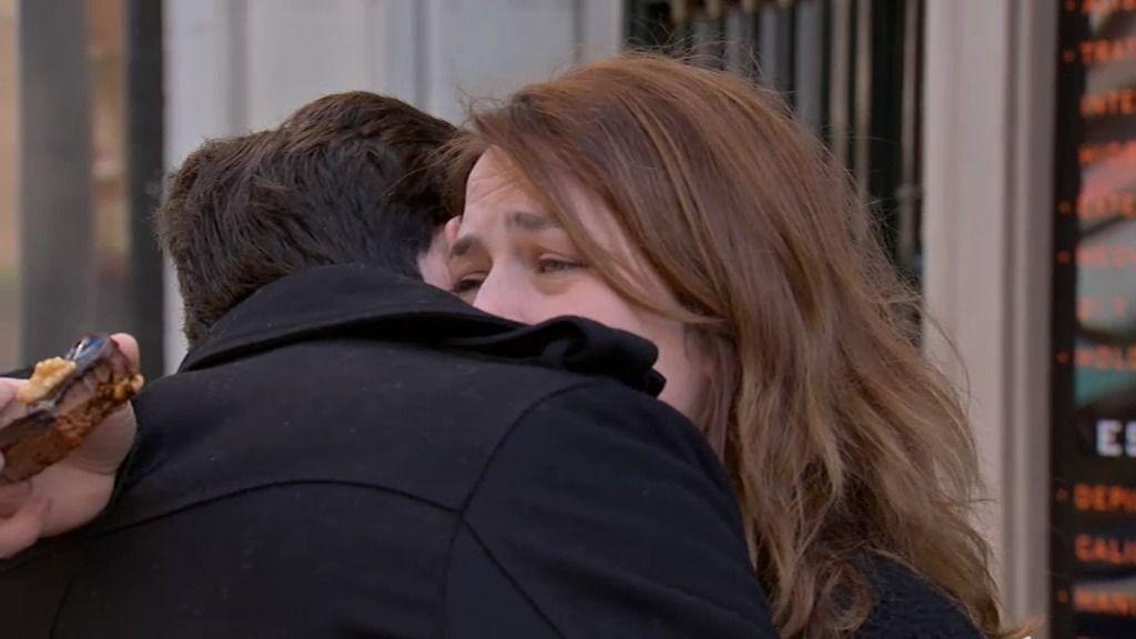 Carlos se despide de Lucía en el lugar donde se conocieron y comiéndose un bollo