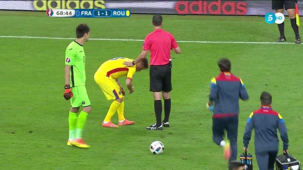 Choque entre Giroud y Pintilii que acaba con el jugador rumano mareado