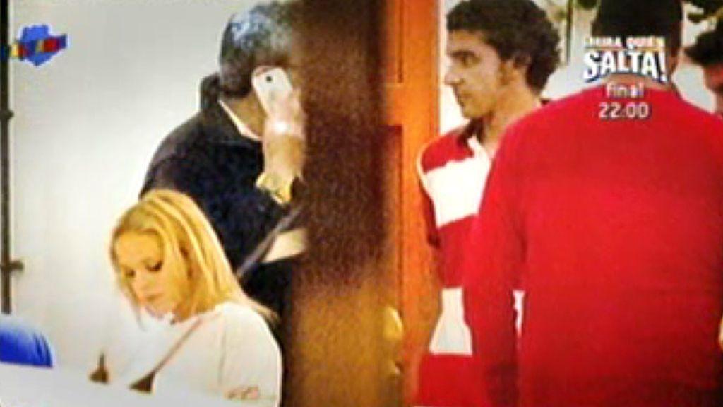 Gloria Camila, de sevillanas con un chico