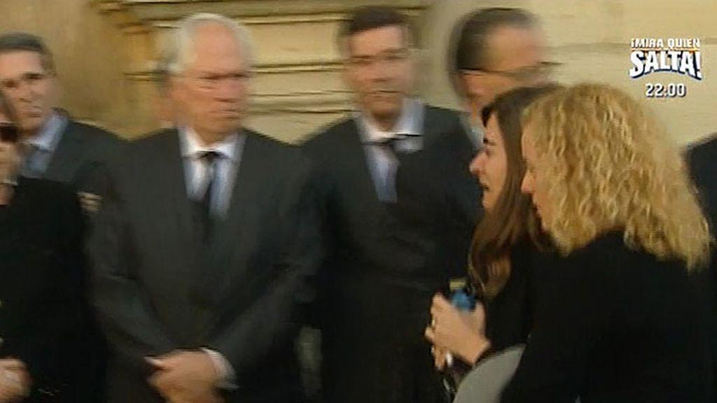 Loreto, la única hija de Isabel Carrasco, llega a la capilla ardiente