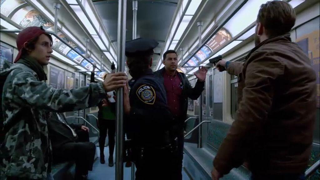 El sospechoso toma a Espósito como rehén