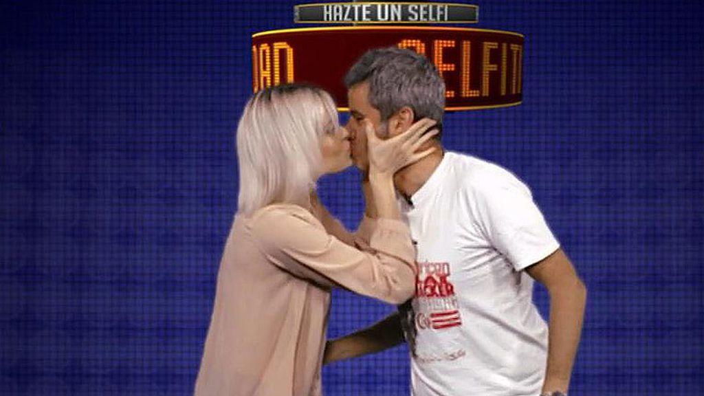 Nico Abad se somete al beso de Adriana Abenia en la 'Selfitividad'