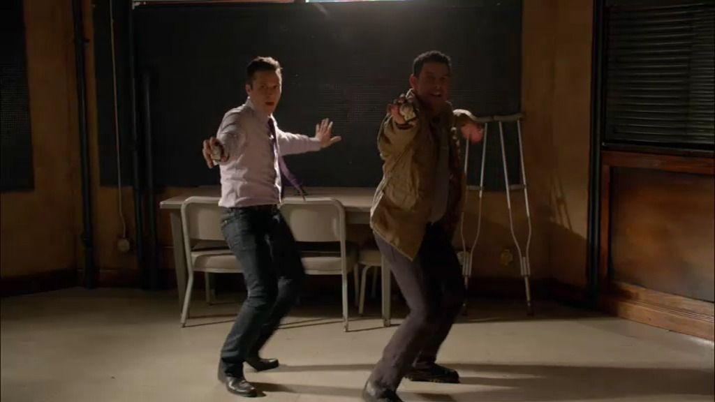 Ryan y Espósito, clavan su baile de Daft Punk en la sala de interrogatorios