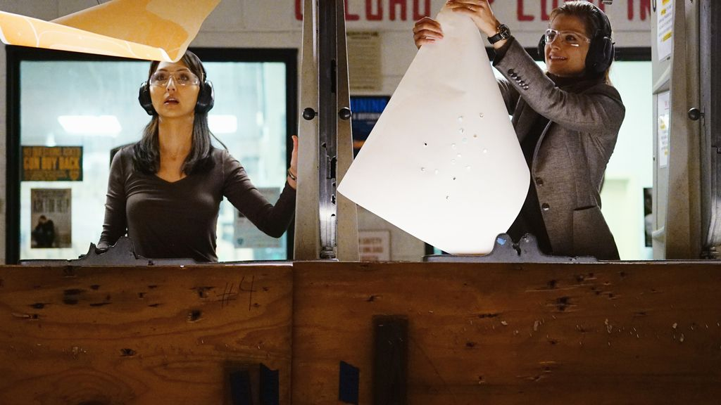 Beckett y Sun pasan una noche de chicas… ¡¿haciendo ejercicios de tiro?!