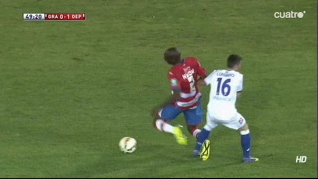 El árbitro perdona la expulsión de Luisinho en la 2ª parte del Granada-Deportivo