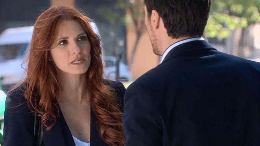 Rebeca se siente acosada por Carlos