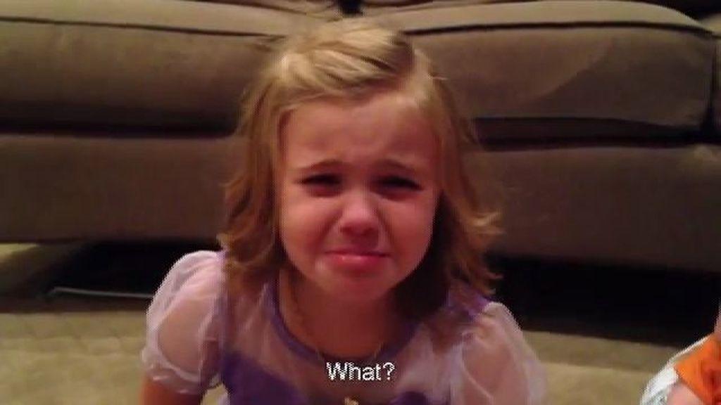 Una niña llora a lágrima viva porque no quiere que su hermanito crezca