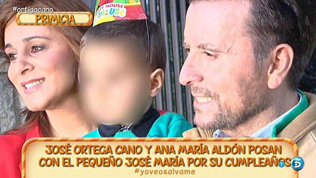 Ortega y Ana Mª Aldón posan con su hijo