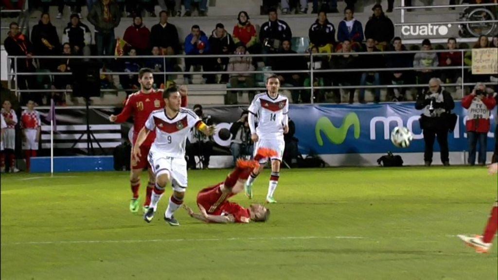 ¡Alberto Moreno vuela por los aires y se hace daño en el cuello en la caída!